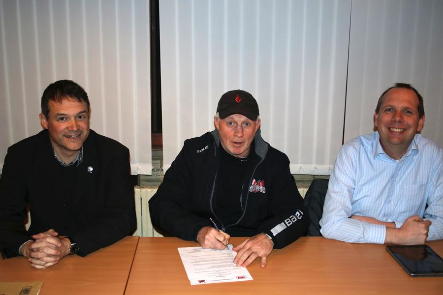 Hatten Spaß an der Unterschrift: Uwe Johann, Jeff Job und Tobias Schumacher (v.l.)
